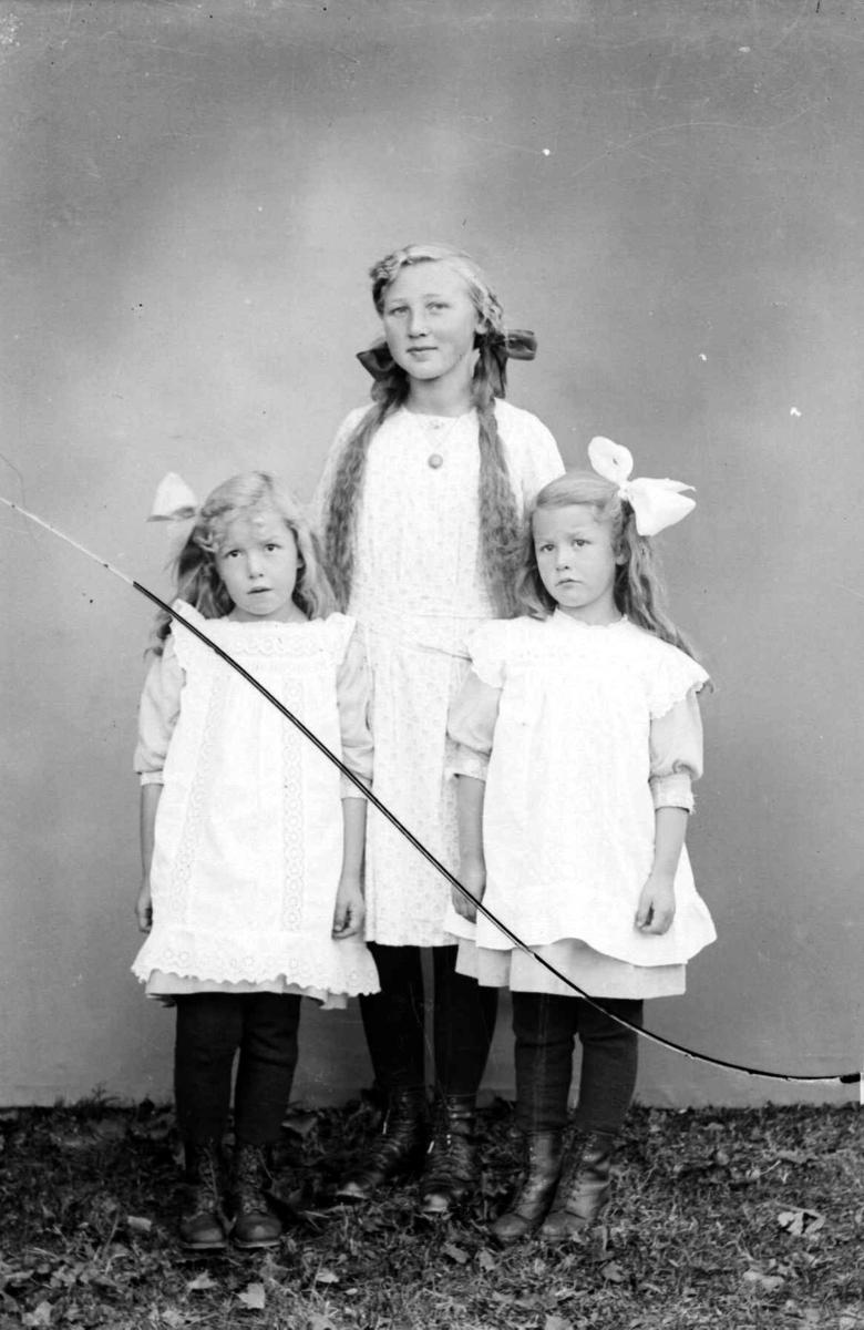 Portrett av tre jenter: Kari Lishagen bak og Marie og Marit Hammershaug foran