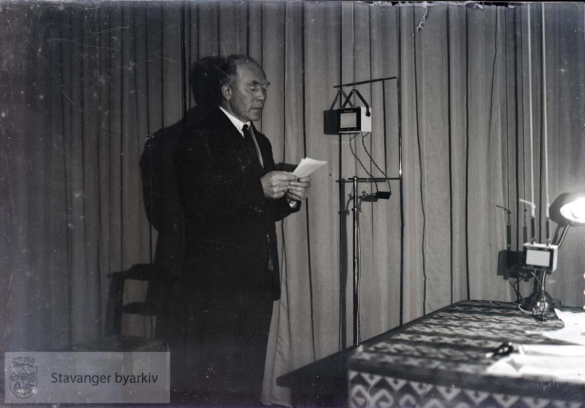 Norsk Rikskringastings første radiosending i Stavanger..Mann leser inn i mikrofon.