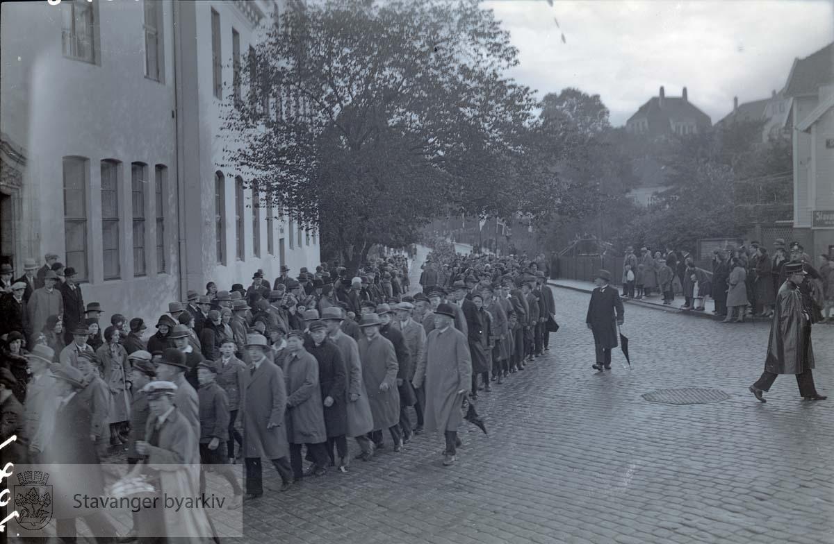 Søndakgsskolene marsjerer forbi posthuset, Kongsgård og Torget
