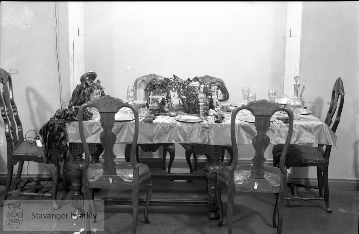 Lothernes borddekning.Lottenes borddekning ..Fra wikipedia: Norges lotteforbund (NLF) er en norsk kvinneorganisasjon som arbeider frivillig som del av Totalforsvaret. Tanken var at norske kvinner i en krigssituasjon skulle kunne overta mennenes oppgaver der hvor det var praktisk, og lottene arbeider idag innen områder som sanitet, samband, stabsoppgaver, transport og forpleining..NLF ble stiftet 19. mars 1928 under navnet Norske Kvinners Frivillige Verneplikt (NKFV). Siden 1. juli 1951 har organisasjonen fått bevilget økonomisk støtte over statsbudsjettet til blant annet administrasjon og til verving og utdannelse av lotter.