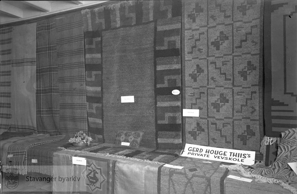 Norsk ullvareutstilling.Produkter fra Gerd Huge Thiis' private vevskole