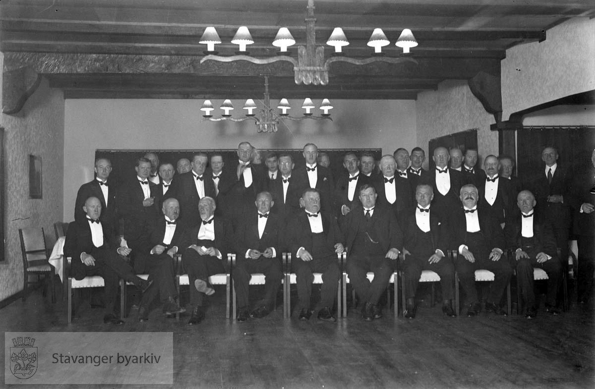 Turisttrafikk-komiteen .Politisk komité for trafikk..Stående lengst til venstre dir. Axel Lund, sittende foran ham ordfører Johan Marnburg, sittende som nr. 3 fra venstre distriktssjef Daniel L. Esmark, som nr. 5 konsul C. Middelthon, som nr. 7 konsul Ole Bergesen og nr. 8 borgermester Bertram C. Middelthon...Bildet er tatt på Sola Strandhotell den 13. mai 1933...