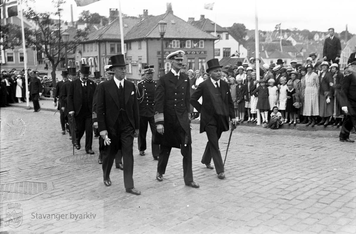 Varemessens filmer..Hans Majestet Kong Haakon VII ankommer Stavanger .Norges varemesse