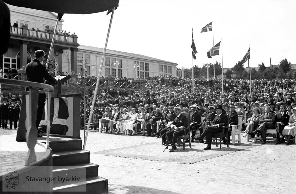 Varemessens filmer..Fra åpningen.Hans Majestet Kong Haakon VII hører på tale.Norges varemesse