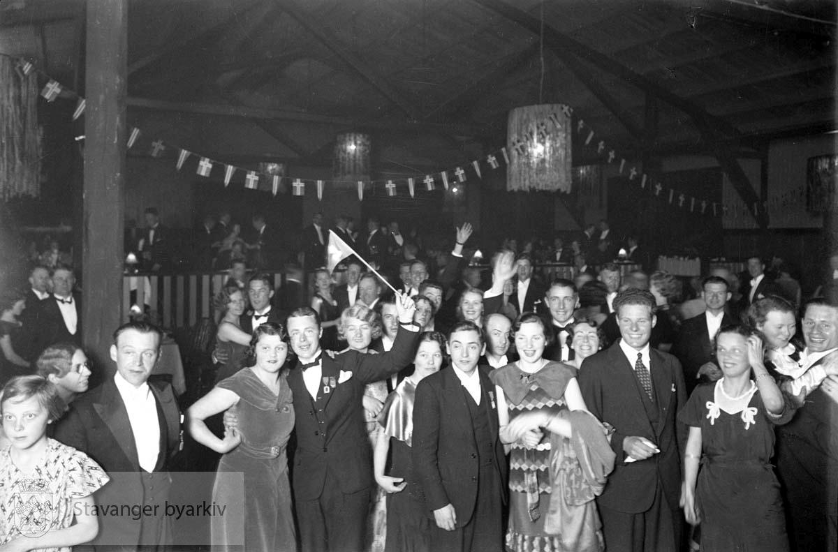 Håndverkernes Sangerstevne.Dansen går, fest .Fra Sangerhallen, bygningen som ble reist til jubileumsutstillingen i Bjergsted i 1925