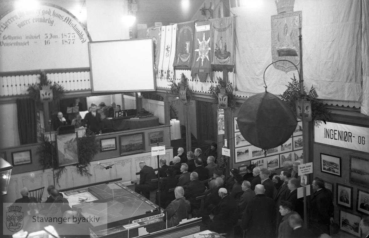 Den kommunale utstilling i Betania (Bethania).Nåværende Stavangeren Kultur-, og Revyscene.Mann og orkester på scenen.