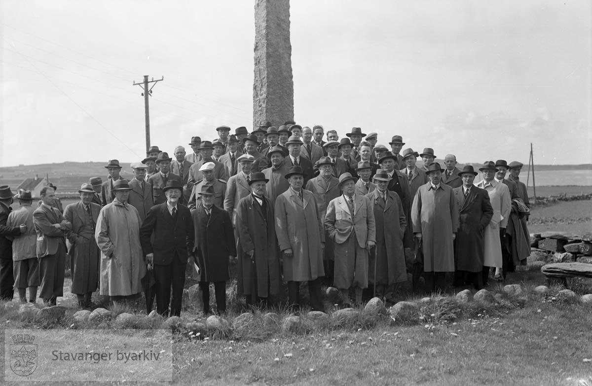Skogselskapet, ute .Forsamling ved monumentet over Erling Skjalgsson i nærheten av Sola ruinkirke