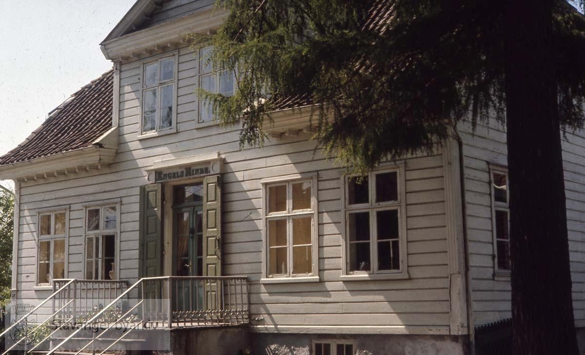 Huset ble reist av kjøpmann og haugianer Hans Engel Hansen midt på 1800-tallet. Han døde tidlig (1855), men enken Laurentze Petrea Hansen gav huset navnet Engelsminde. Enken giftet seg igjen med fogden Søren Daniel Schiøtz.