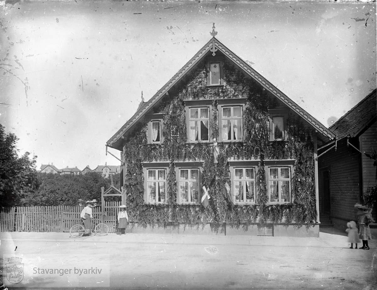 """Hus dekorert med granbar og påskriften """"Alt for Norge"""""""