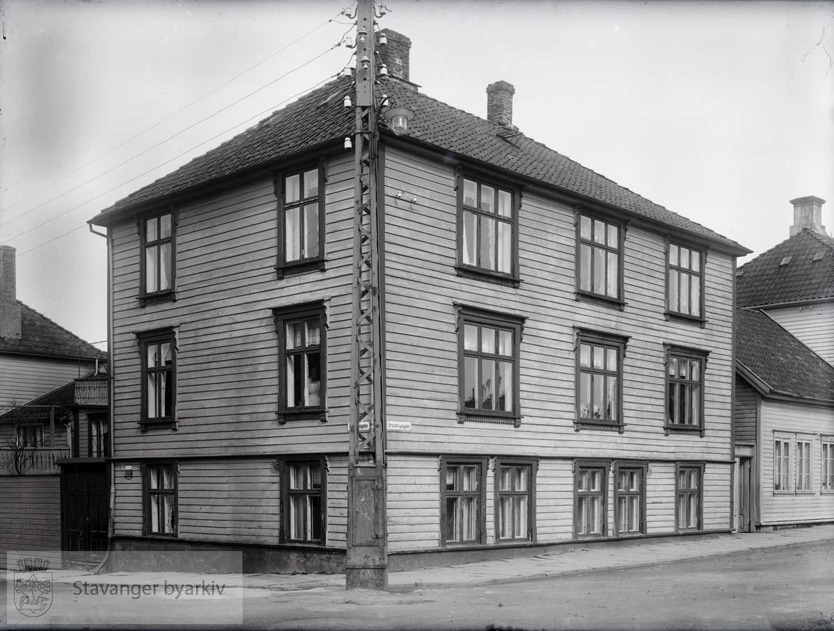 Bolighus, senere kontorer. Erichstrups gate til høyre.