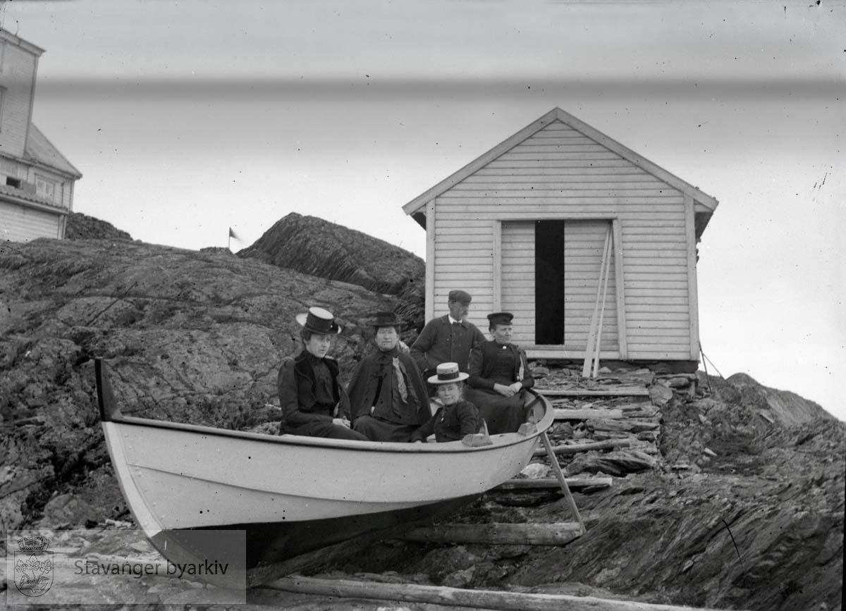 Fem personer i båt v/naust