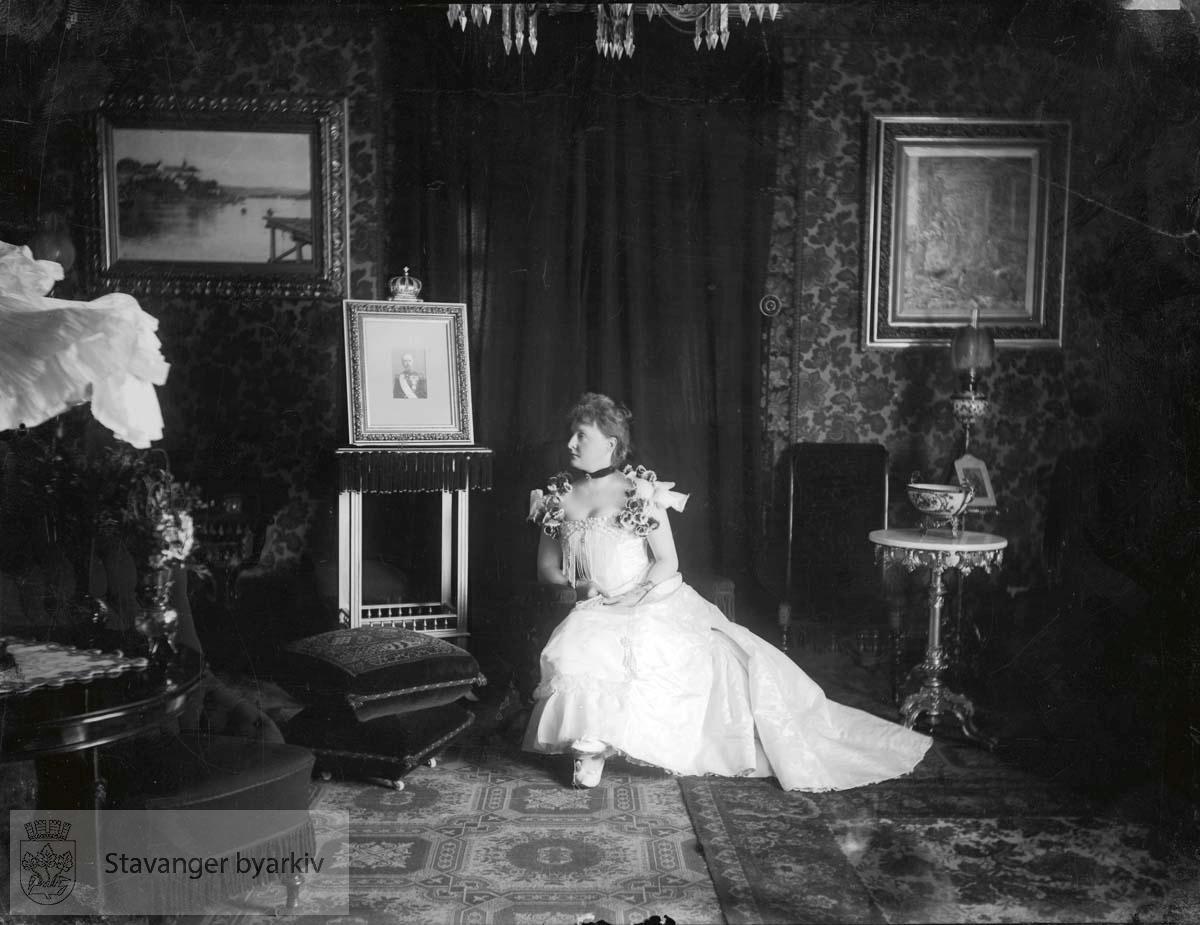 Interiør - kvinne med kongeportrett