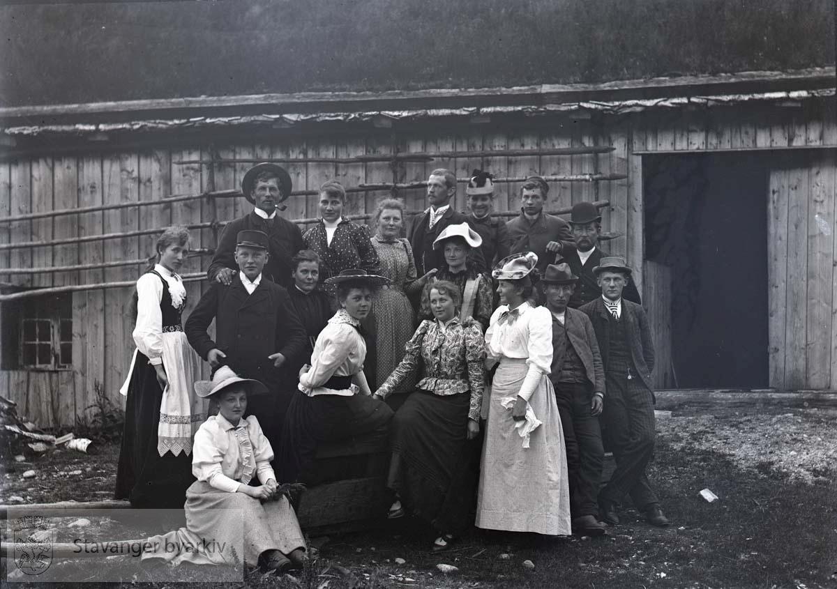 Kvinnen med hatt som sitter i midten heter Ragna Hansen Larsen (eller Rolfsen)