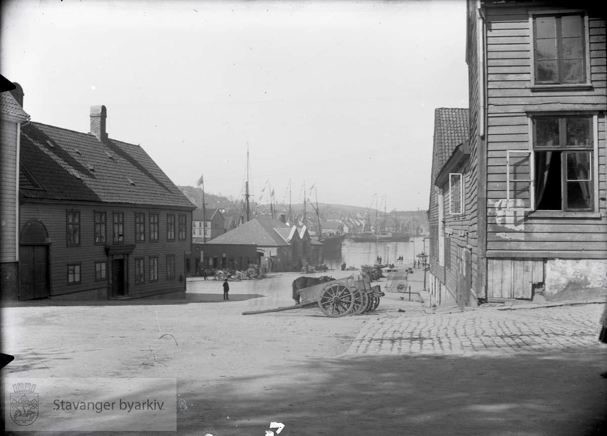 Jernbanens godsterminal bak midt i bildet. Salgsboder og Svaneapoteket til venstre.