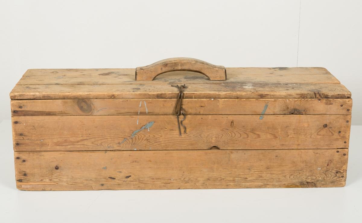 Hjemmesnekret verktøykasse med hengslet lokk og et kraftig håndtak. Lukkes med en enkel bøyle og stålklemme.