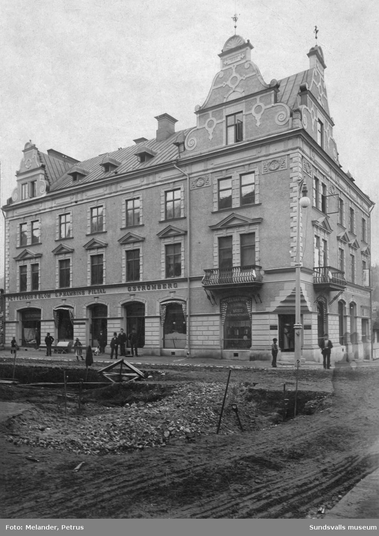 Apotekar Gustaf Strömbergs nya hus vid Storgatan 36. Firman bytte senare namn till Strömbergs färghandel. På högra gaveln finns J. P. Sjöbergs musik- och instrumenthandel.