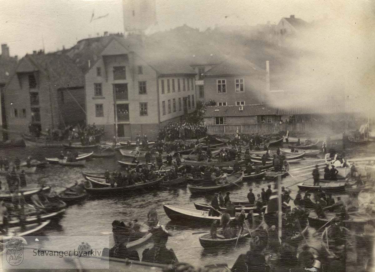 Vikingskipet Viking i Vågen. Masse båter og mennesker har møtt opp for å se.