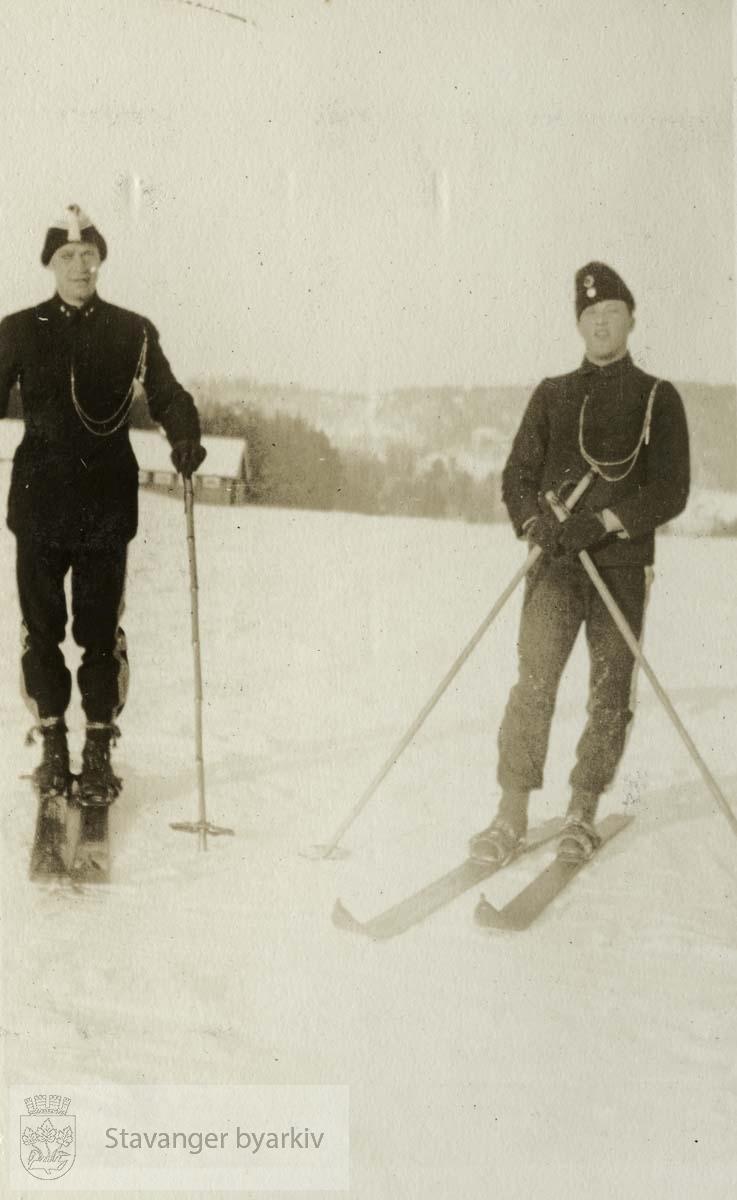 Løytnant Lund til venstre og Sersjant Grimstad til høyre
