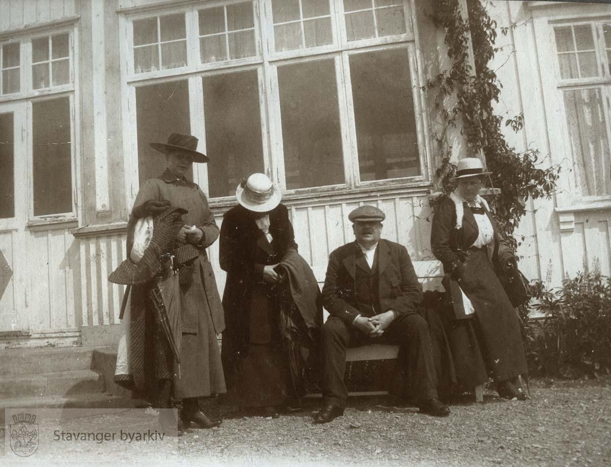Fra venstre: Signe Monsen, Martha Monsen, Georg T Monsen, Olga Berentsen