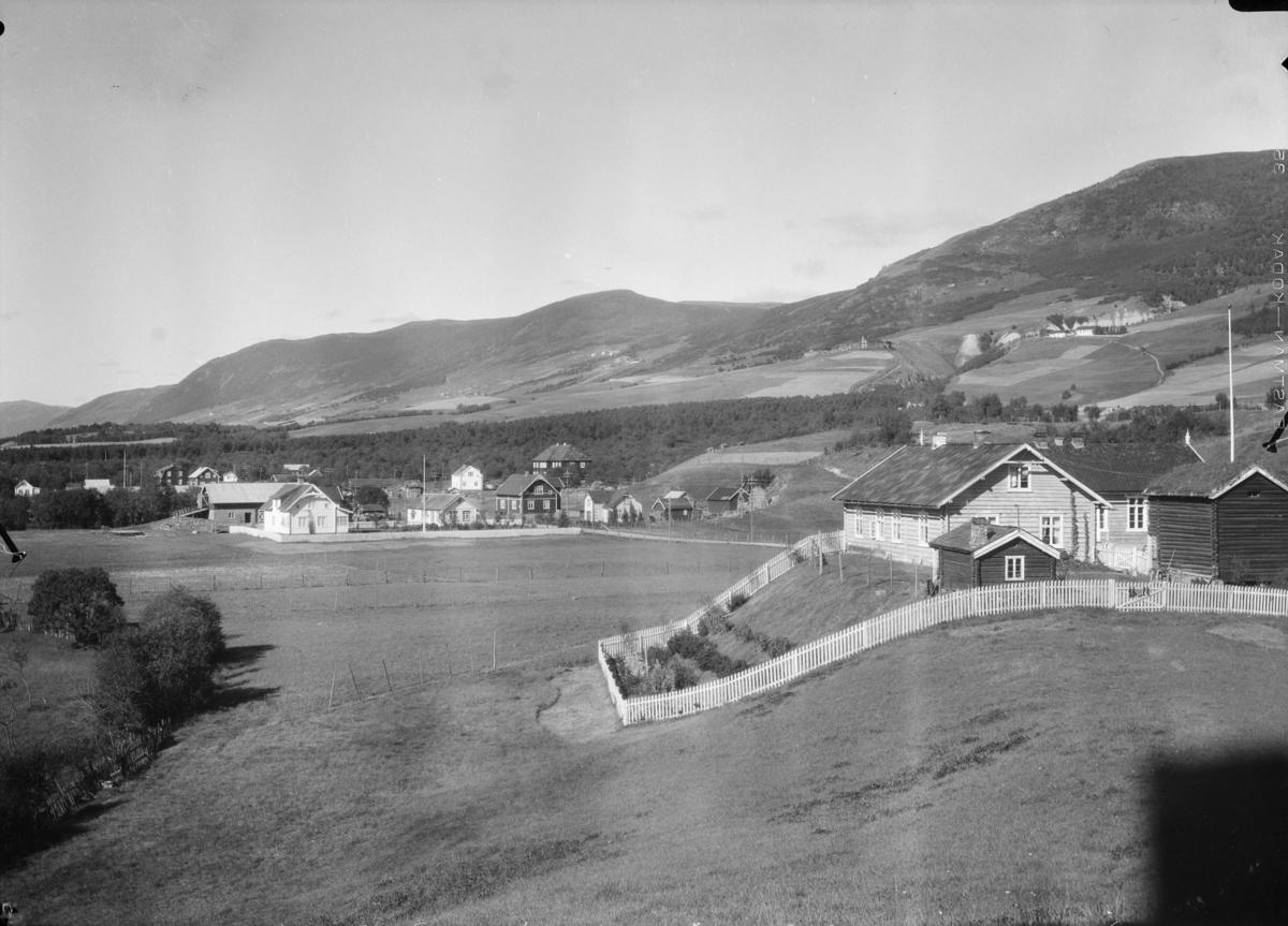 Utsikt fra Dovre kirke mot nord. Til høyre Klokkarhaugen. det store hvite huset til venstre er Fremstad, også nevnt som Marøy med Nordheim og Heimly mot høyre. Rett bak Nordheim er Hjerleids minde. Bak i bilde til høyre er Skjelstad og Tofte