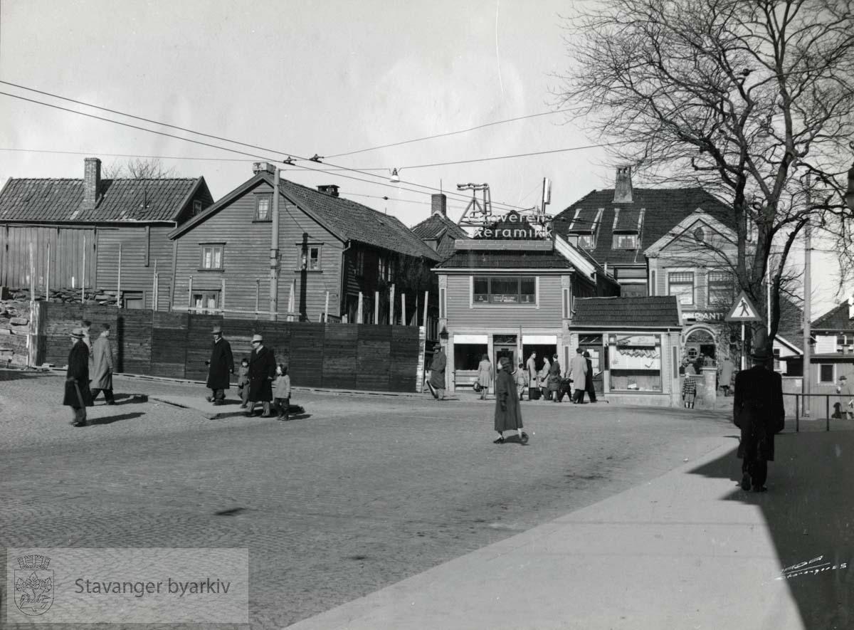 Revet mai 1956. Til venstre: Fudasmauet med uthus.