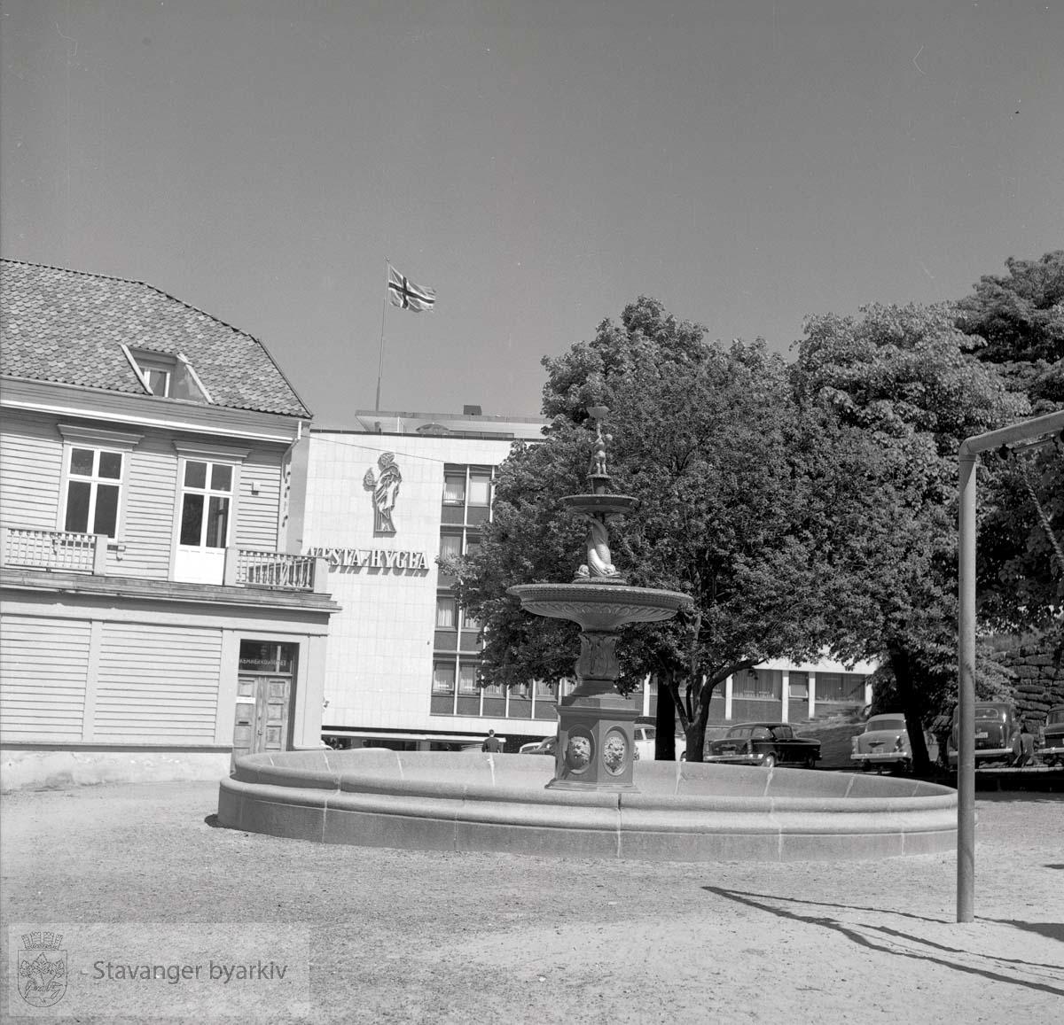 Asylgaten 17 med inngang til kemnerkontoret bak til venstre. Helt bakerst, Vesta i Klubbgaten 9..Jernfontene.