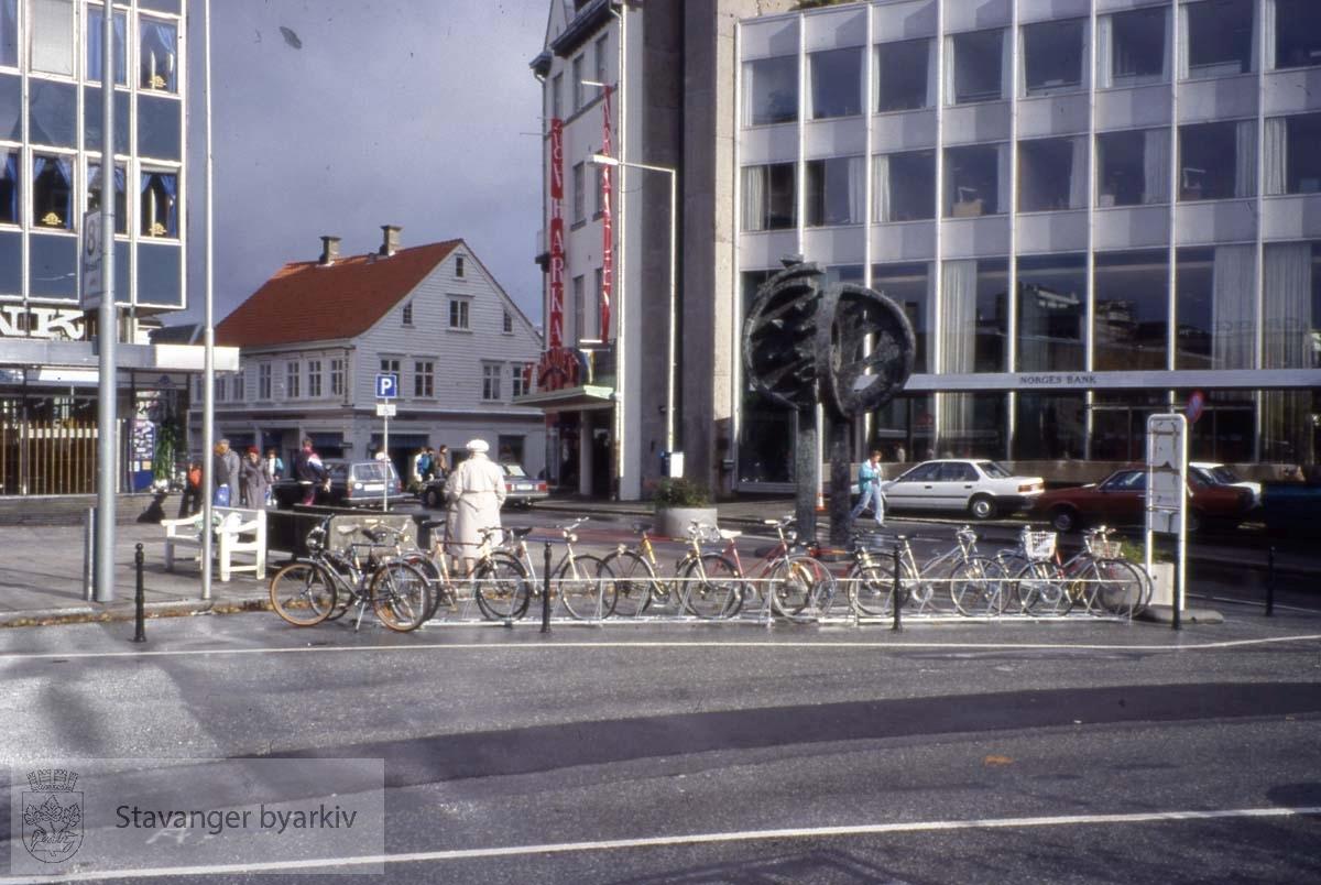 Norges Bank til høyre, Hetland Sparebank til venstre..Laugmannsgata i midten.
