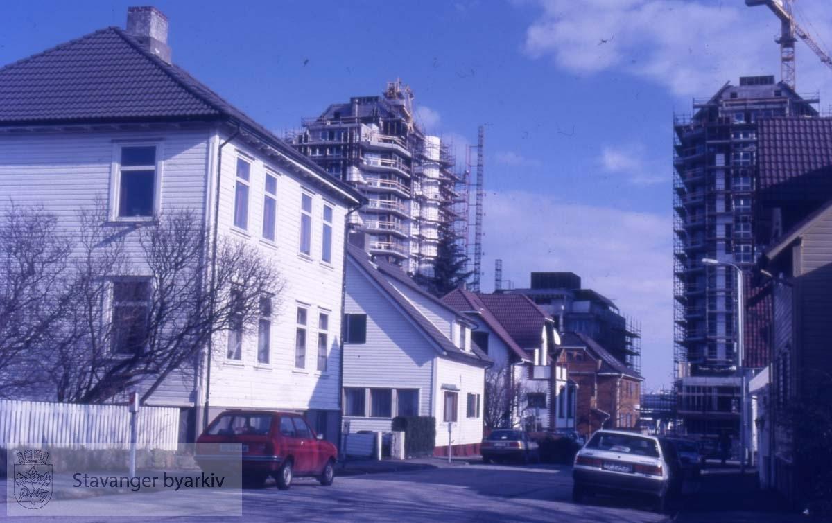Blokkene i St. Olav under oppføring i bakgrunnen
