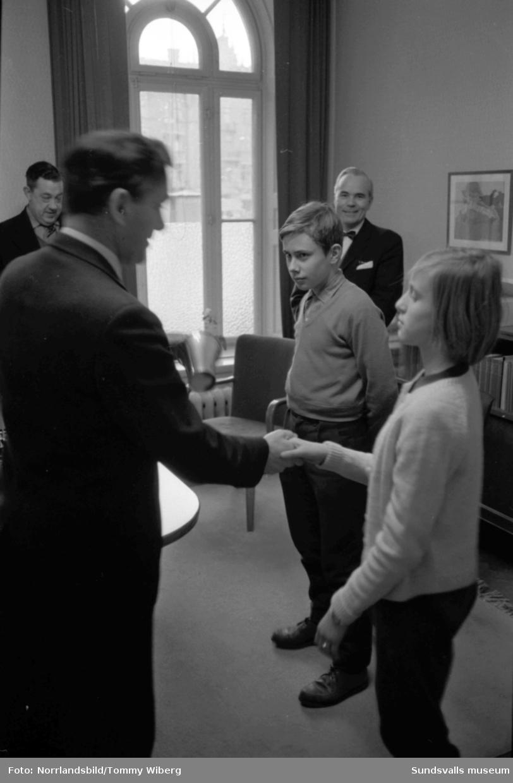Skolpolisernas vandringspris 1960 gick till GA-skolan. Två ungdomar tar emot pokalen i Stadshuset.