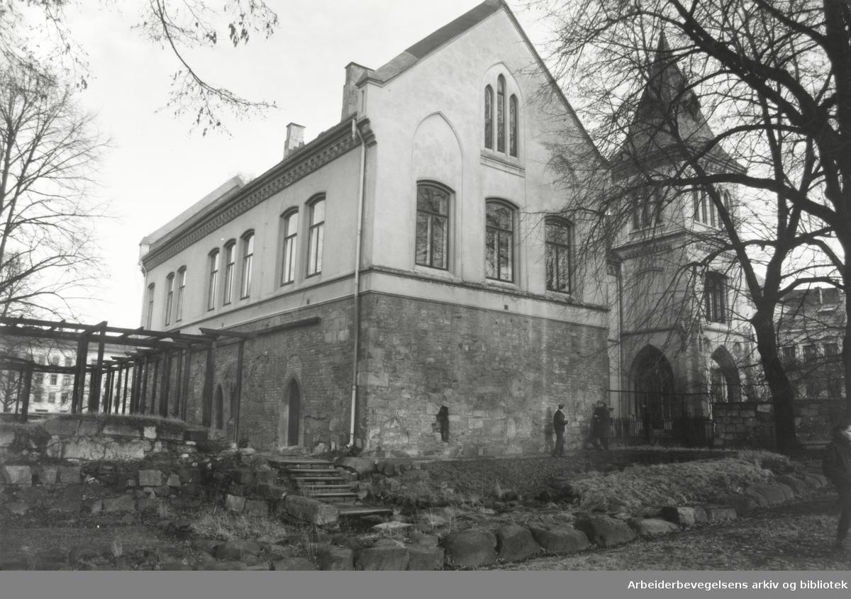 Gamlebyen. Bispekontorene. I forgrunnen, ruinene av Olavskirken. Januar 1990