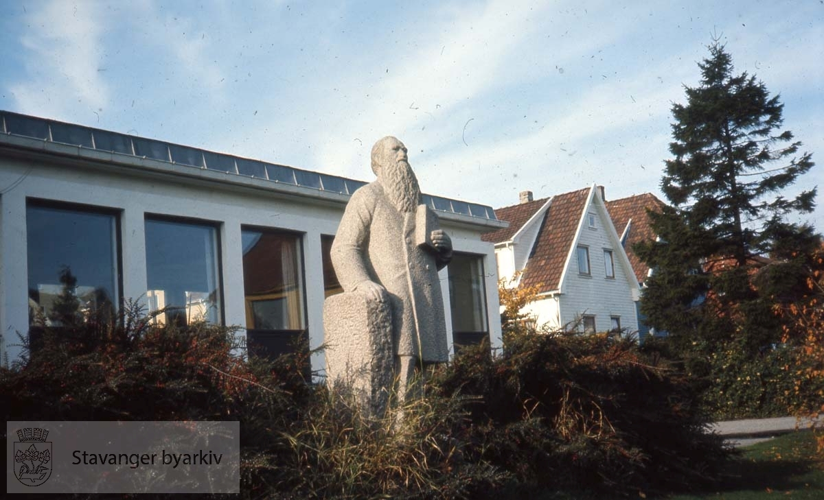 Lars Dahle, skulptur av Ståle Kyllingstad ved Misjonshøyskolen