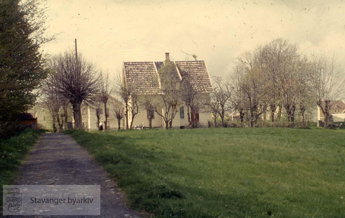 Bergehusene. Kirketomta på Bergemarka. Bruket Berge lå her tidligere. Det hadde bruksnr. 12 og var underlagt Hetlands prestegård.