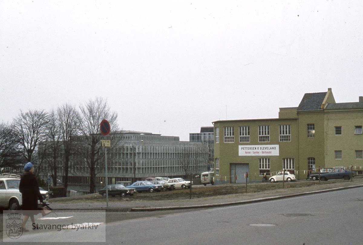 Løkkeveien.Tomta hvor Stavanger Boligbyggerlags kontor ligger i dag..Pettersen og Sleveland t.h.