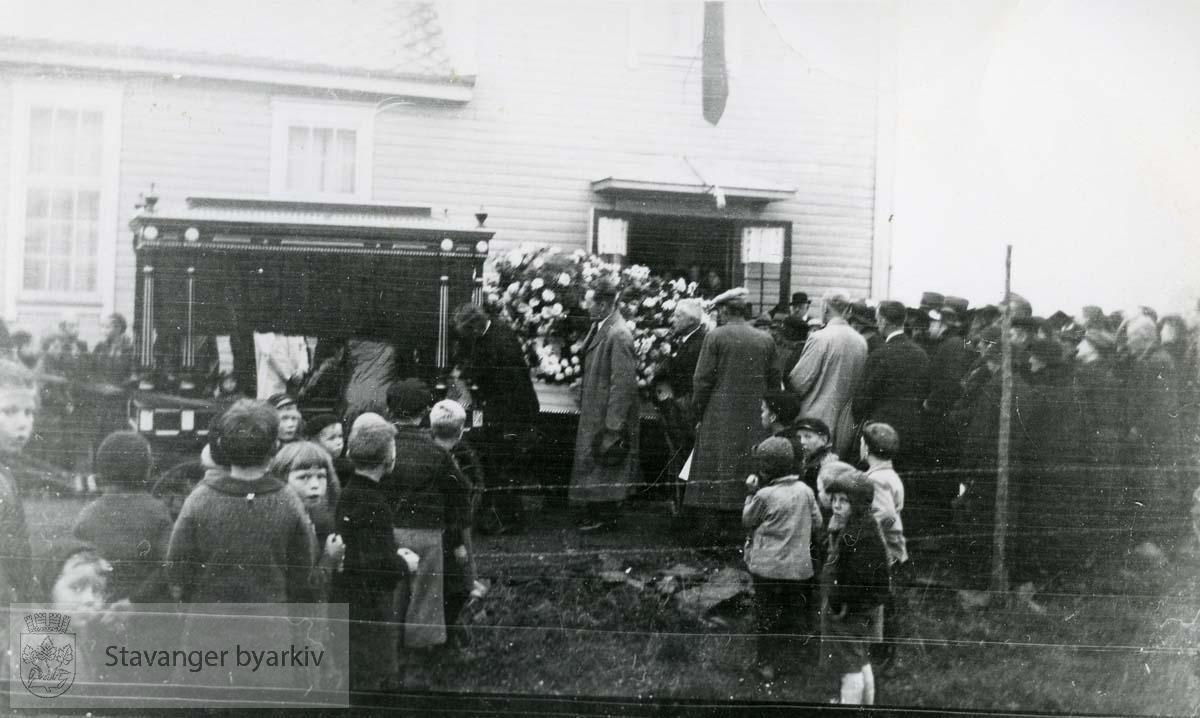 Likvogn og begravelsesfølge på vei ut av Frelsesarmeens lokaler (se nr. 653)