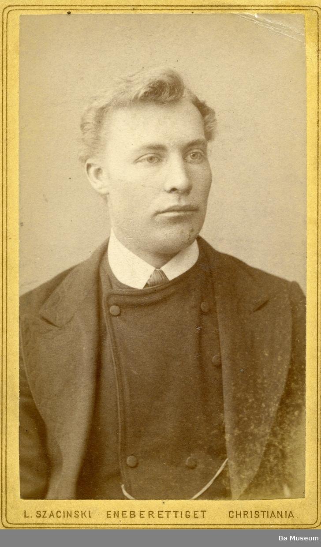 Portrettfoto av Olav L. Haugen