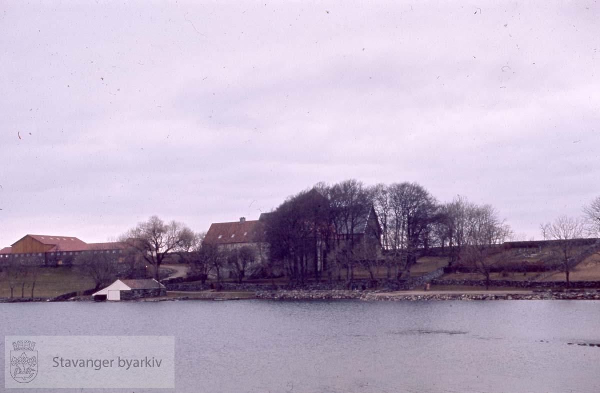 Utsikt mot Utstein Kloster og Schankegården