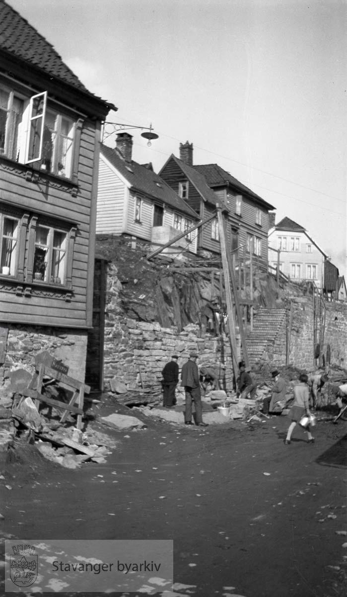 Bygging av steinmur i Nedre Strandgate.