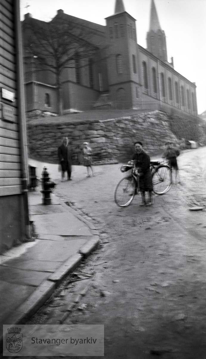 Tidligere Dr Eyes gade. Gutt med sykkel i bakken ved kirken.