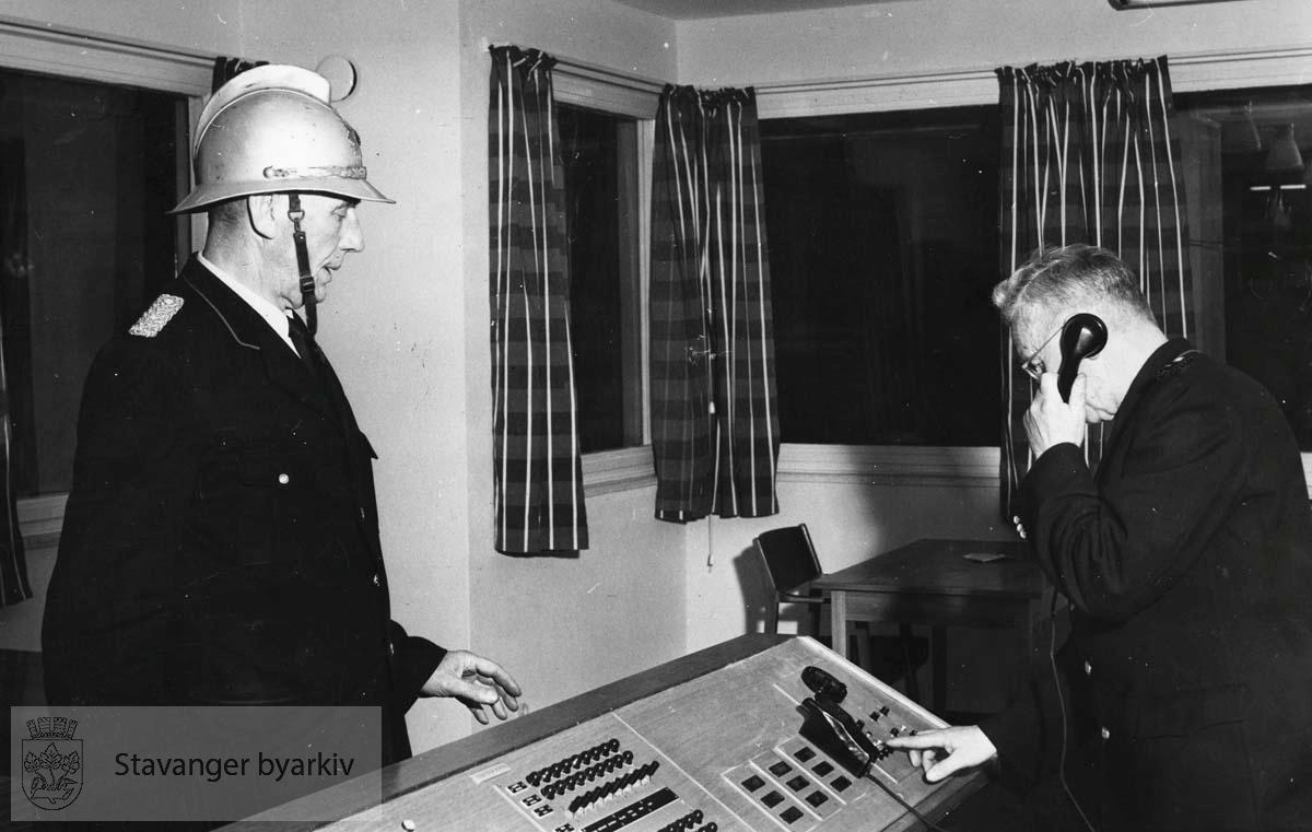 Kommandosentral, sentralbord, alarmsentral, vaktsentral...Bildet er stemplet med Stavanger Aftenblad på baksiden.