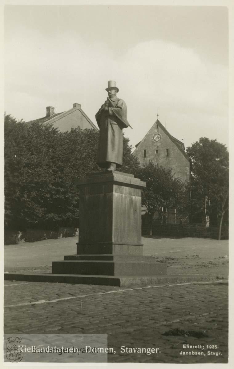 Kiellandstatuen, Domkirken i bakgrunnen