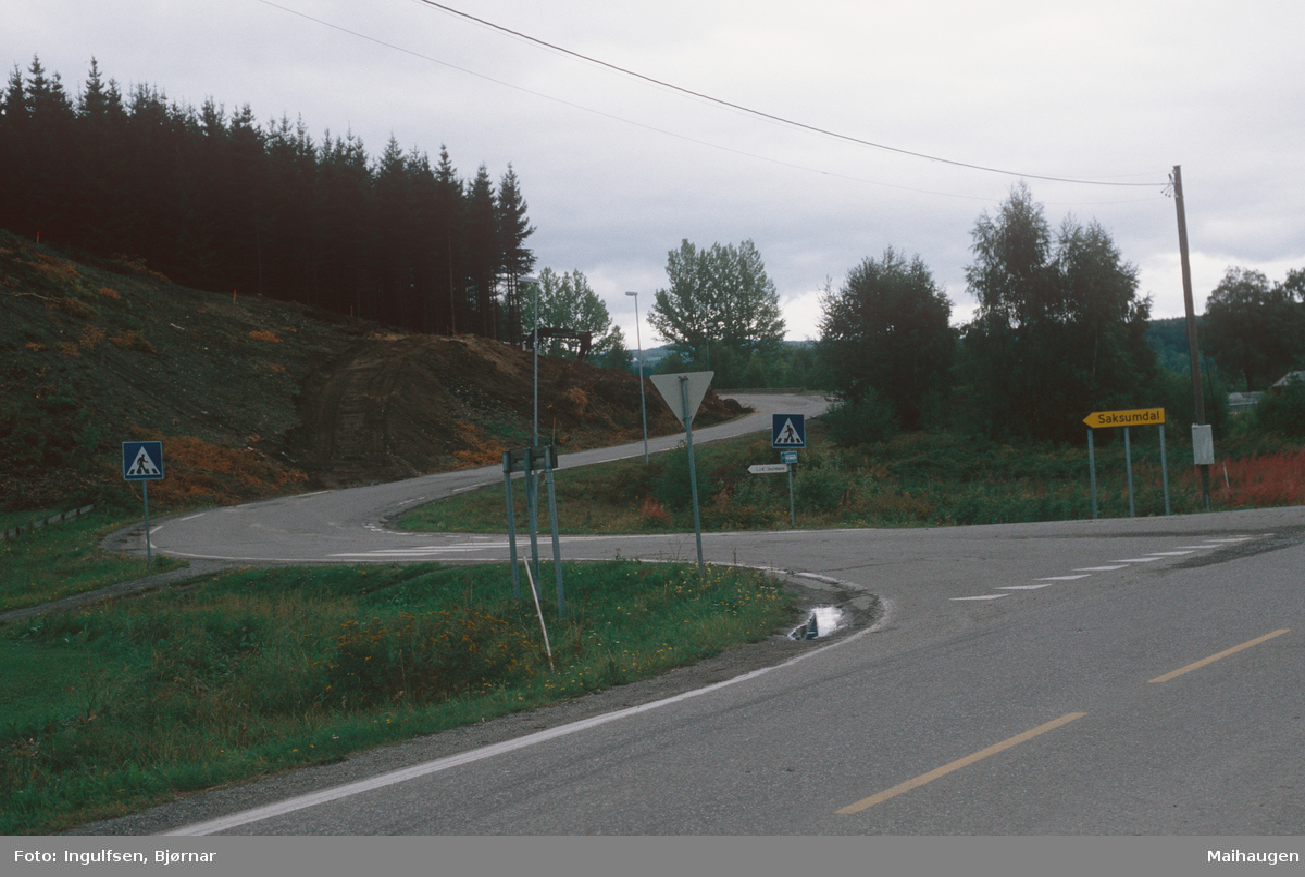 Lillehammer.  Vingrom.  Nedre enden av Døsvegen.  Rv. 250 i forgrunnen.  Sett mot nord.
