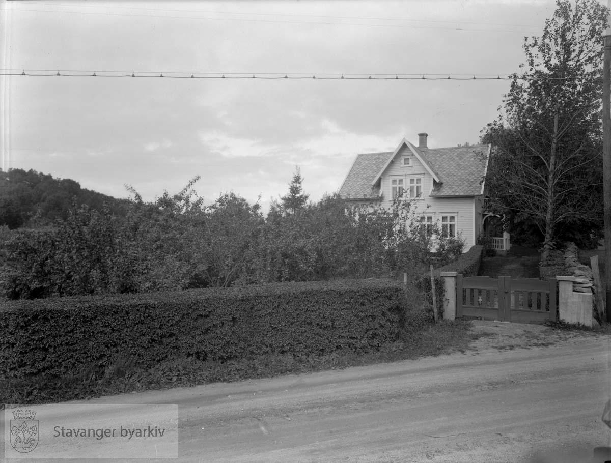 Huset til Knut Tau, på Tau. Knut Tau var møllearbeider, ifølge adresseboken for Rogaland fylke i 1930.