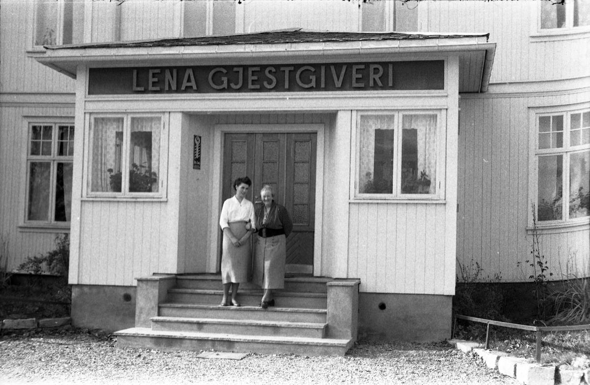 Fem bilder av Lena Gjestgiveri høsten 1956. De to første er tatt fra baksida, de to andre fra framsida. På bilde nr. fem står to personer foran inngangen. Til høyre er gjestgiveriets vertinne, Aslaug Moen, til venstre Anne Marie Frydenberg (g.Andresen). Bygget sto der Lena Maskin nå holder til.