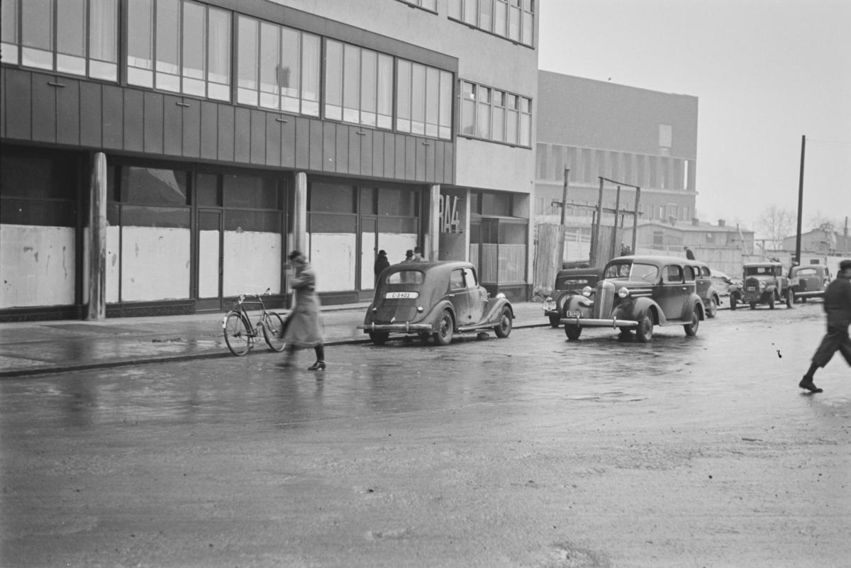 Biler og fotgjengere i Roald Amundsensgate i Oslo