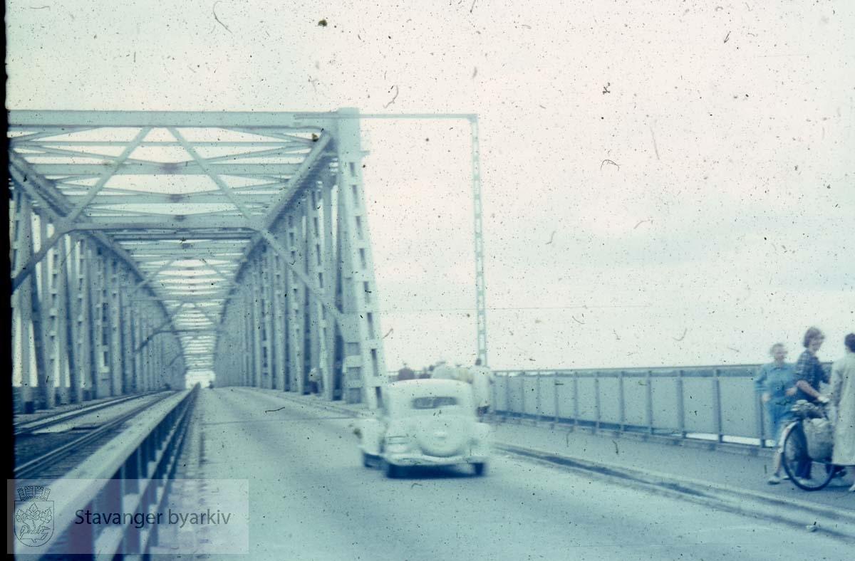 Bil på vei over bro