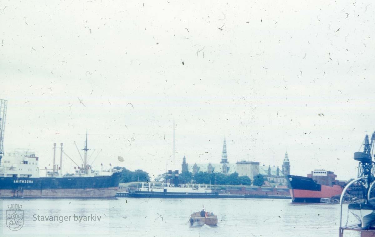 Ulike skip og fraktfartøy europeisk havn. Muligens Danmark