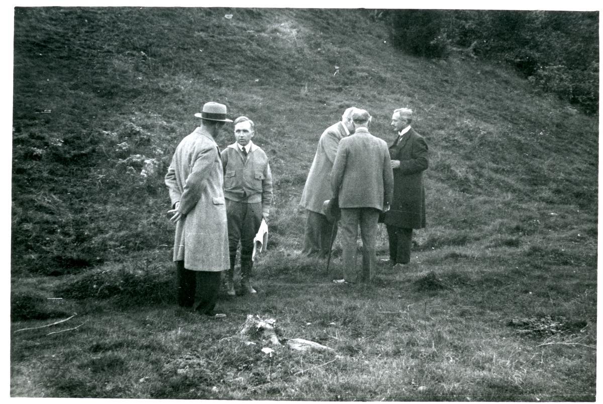 Badelunda sn, Anundshögsområdet, Långby. Fem män vid undersökningar i Anundshögsområdet.