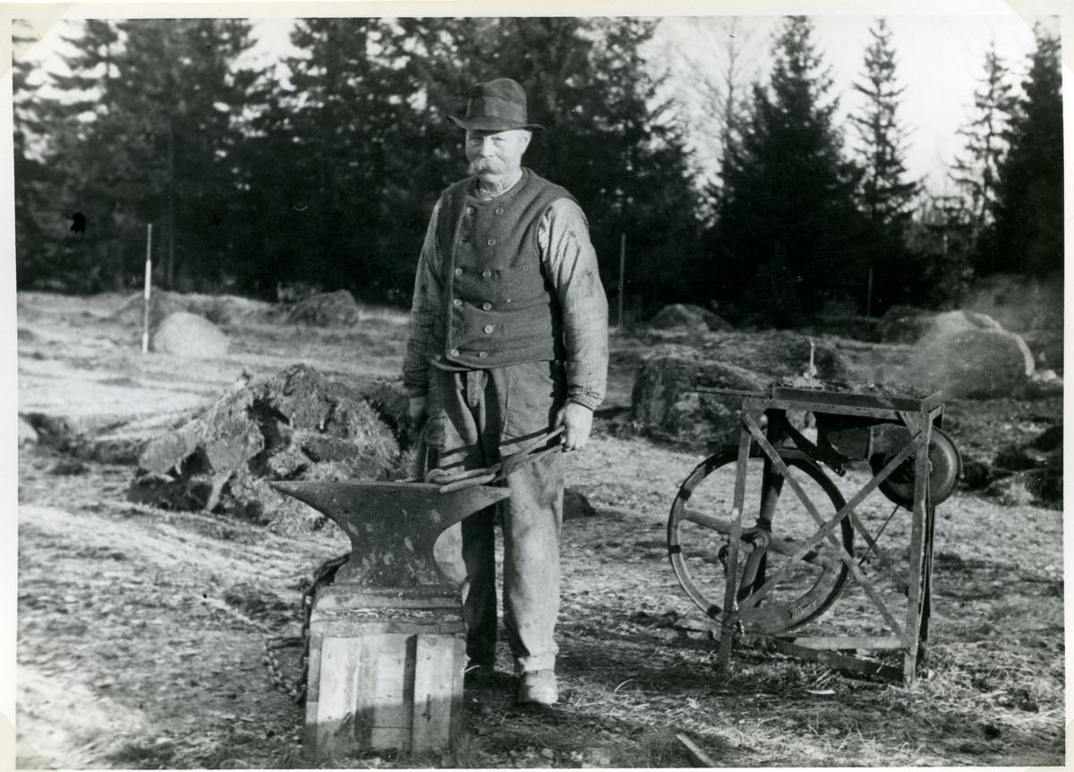 Badelunda sn, Anundshögsområdet, Långby. Grundläggare Borén härdar, 1933.
