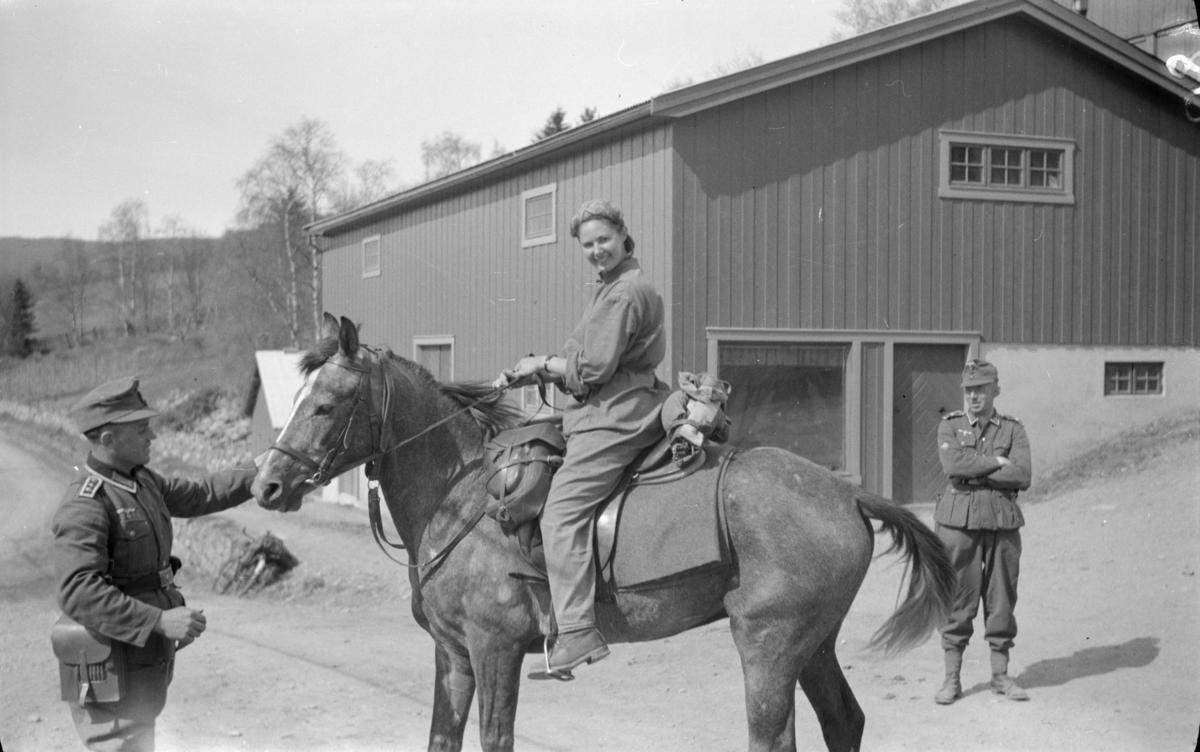 To tyskere og en kvinne til hest på ukjent sted i Østre Gausdal