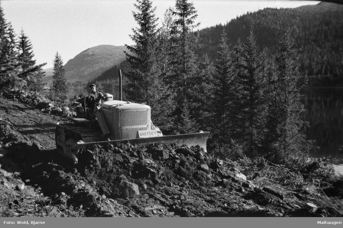 Bygging av ny veg til Espedalen - anlegget langs Espedalsvatnet - bulldozer i arbeid
